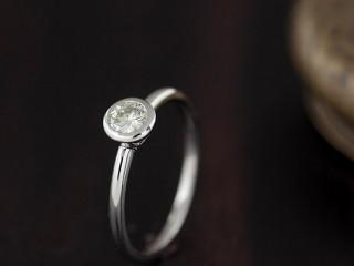 ダイヤを囲ってるデザインのアンティークな結婚指輪(婚約指輪)エルドーセレクトブランド『カツキ』