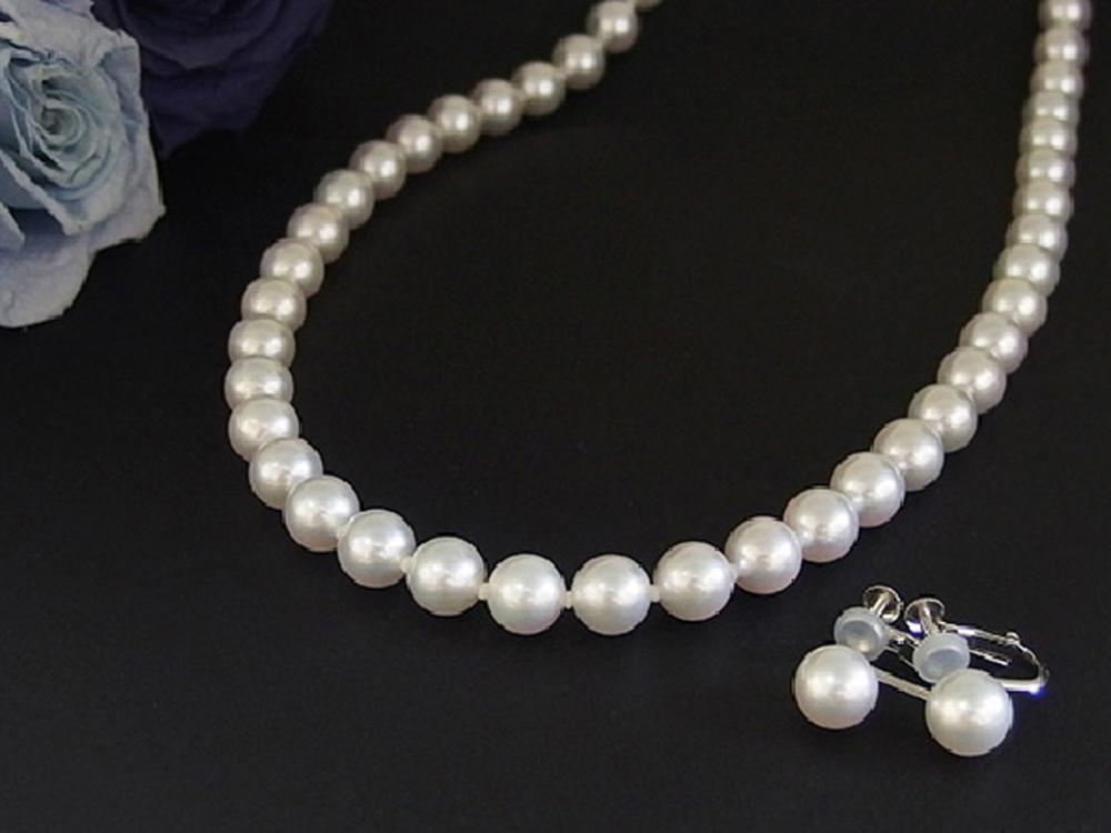 冠婚葬祭には真珠が連なったネックレスを