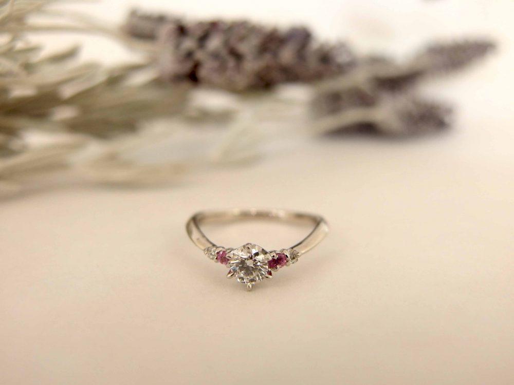 エルドーオリジナルVラインで誕生石の入った婚約指輪