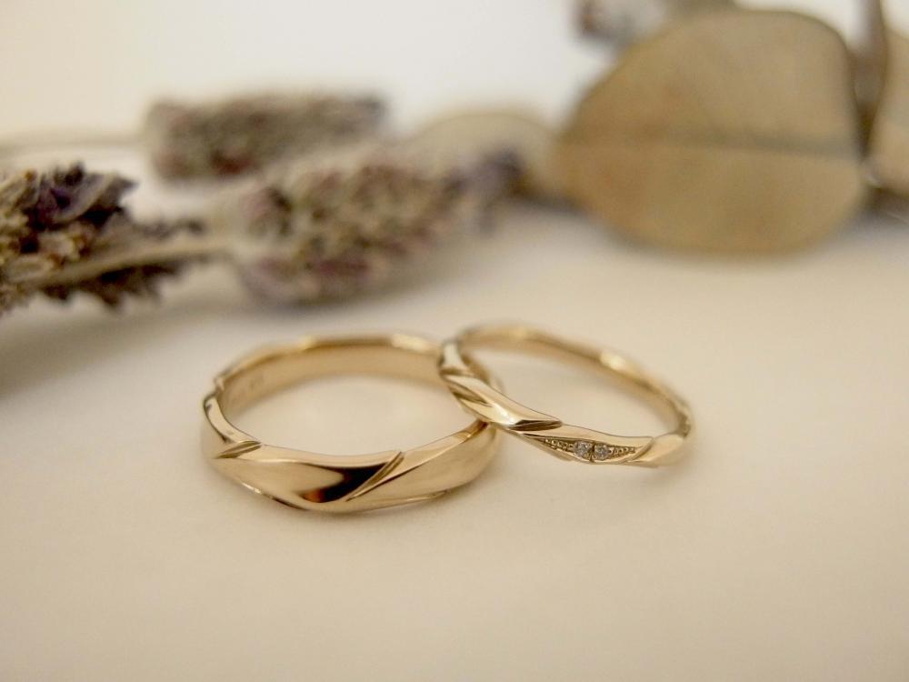 エルドーセレクトブランドの葉っぱデザインのpシャンパンゴールド素材の結婚指輪の『アフラックス』