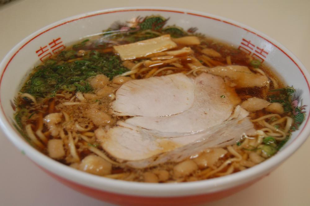 スープの上に背脂が浮かぶ「尾道ラーメン」