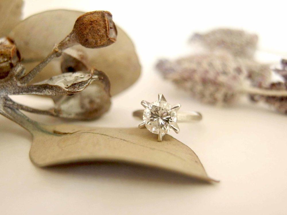 立派なダイヤモンドがついたエンゲージリング