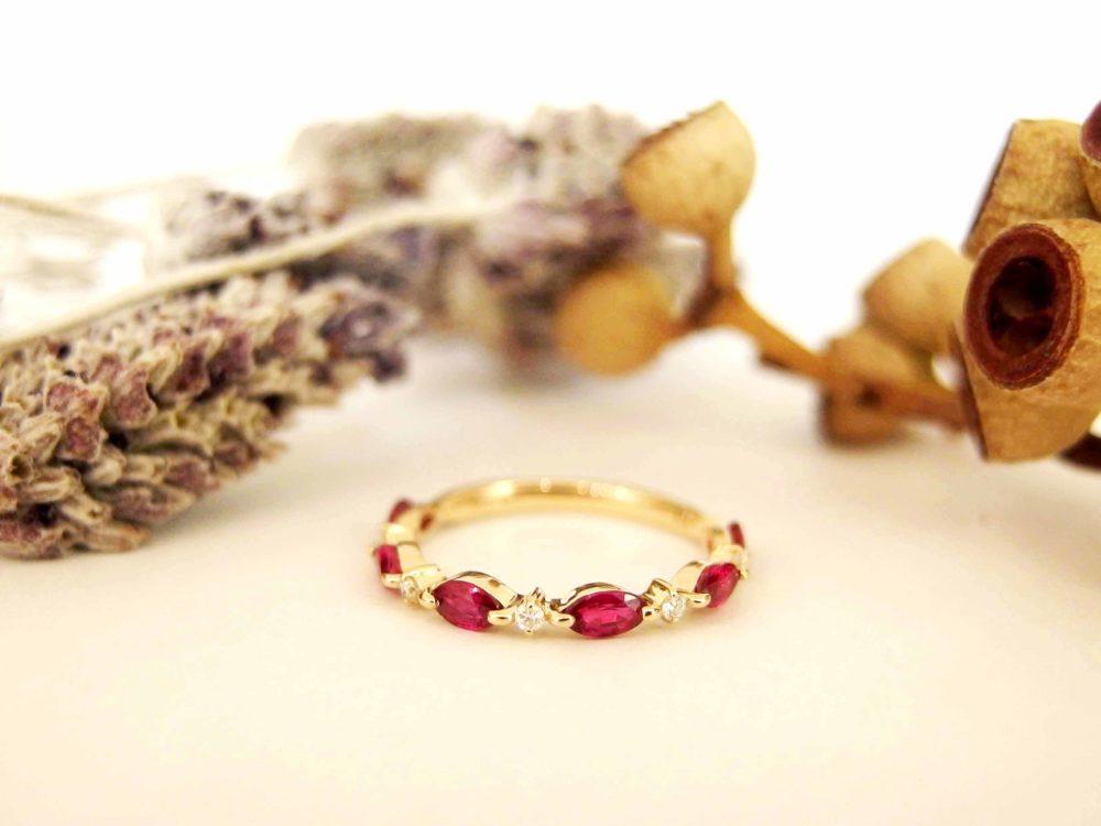 ルビーの間にダイヤモンドをあしらった指輪