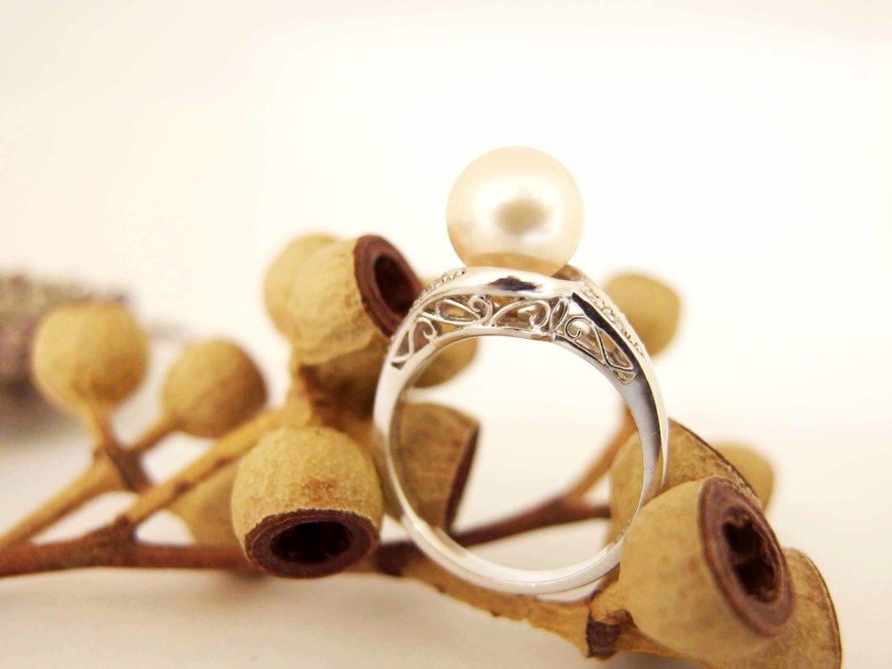 パールの指輪がシンプルなネックレスに