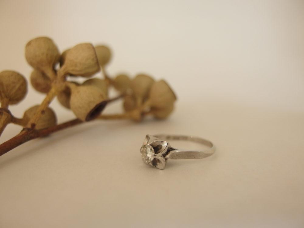 この婚約指輪の場合、モチーフは桔梗でした。