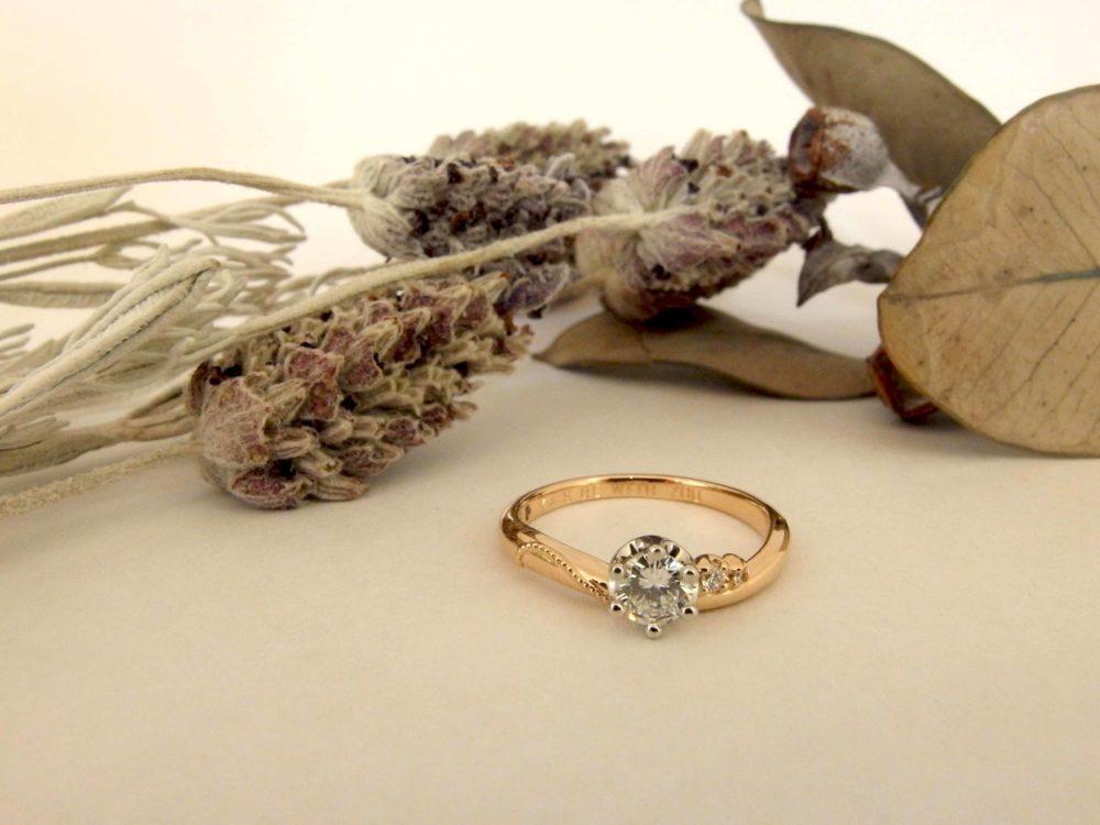 思い通りの婚約指輪ができて、満足そう。