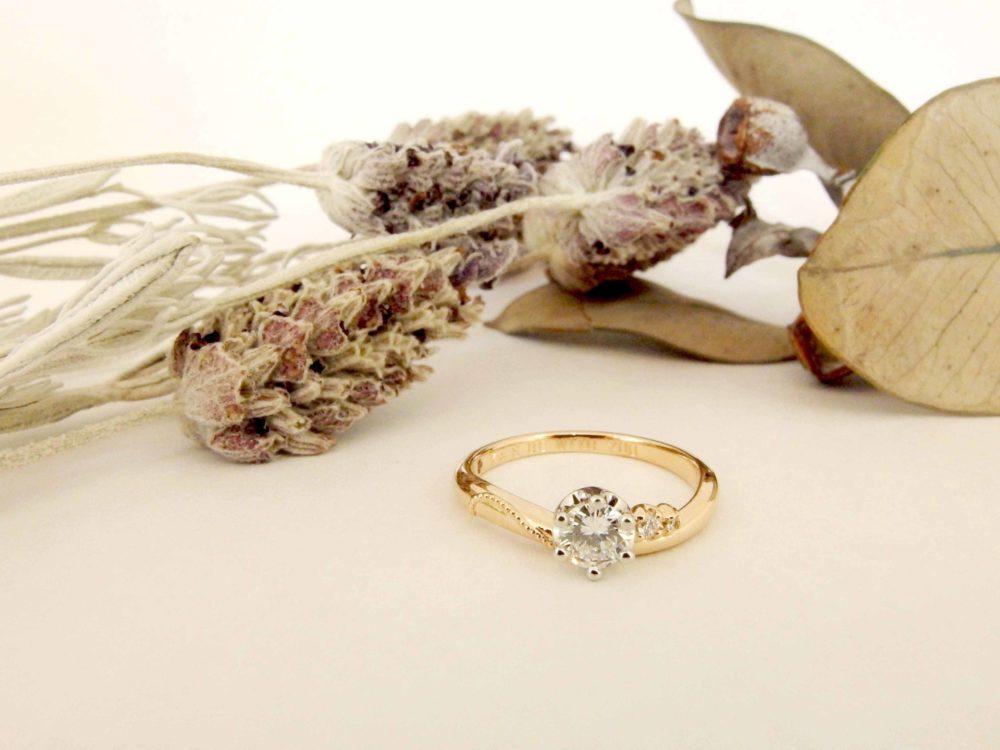 花嫁さんにぴったりな婚約指輪をご主人と一緒に。