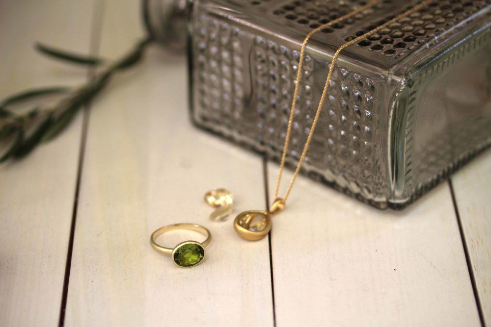ぺリドットのイエローゴールドの指輪とネックレス枠