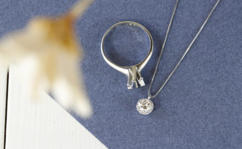 婚約指輪がプラチナのネックレスに