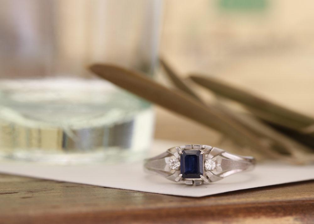 おばあちゃんの長方形のサファイヤがついた指輪