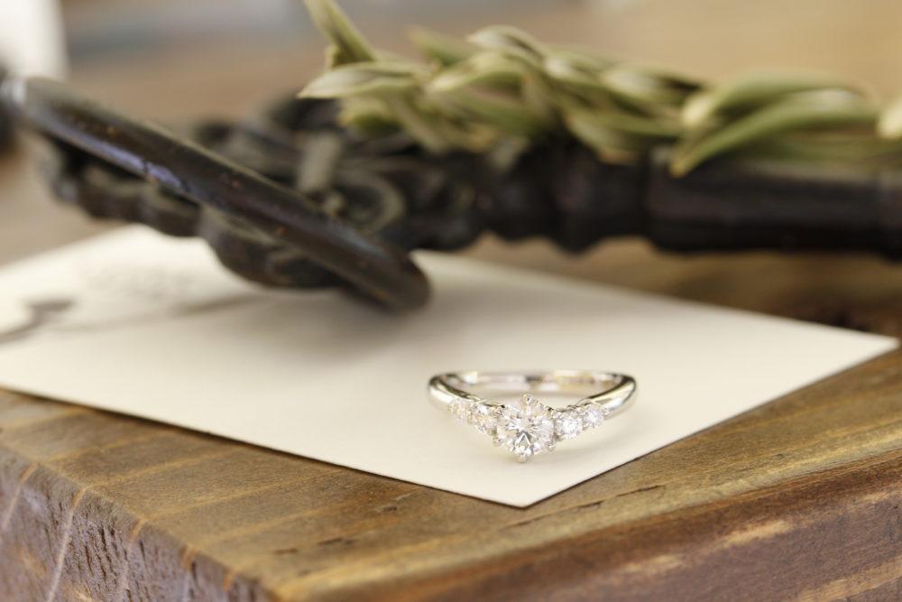 ご主人のお母さまから譲りうけたエンゲージリングのダイヤモンドの部分を外し、新しい指輪の枠にはめさせていただきました。