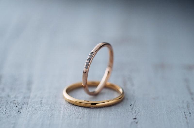 真ん中に小さなダイヤが5石あるエルドーオリジナル結婚指輪