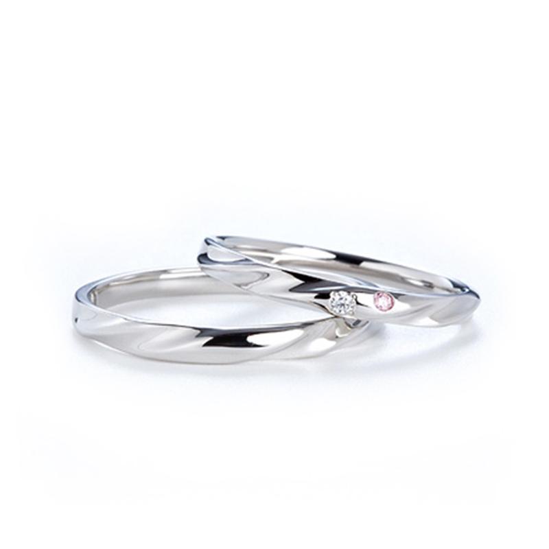 ピンクダイヤがさりげなく入り優しい雰囲気を作ってくれる結婚指輪 Twins Cupid/ツインズキューピッド