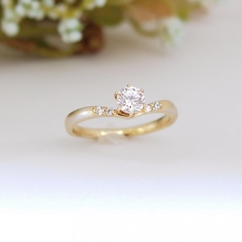 シンプルなVラインの婚約指輪のエルドーセレクトブランドディアレスト/DEEAREST『クレール』