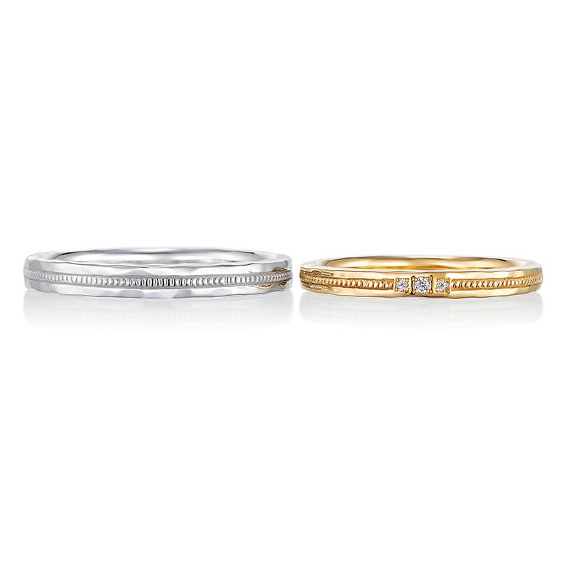 槌目とミル打ちを掛け合わせたリング。シルバー色とゴールド色の結婚指輪はさりげないペア感で人気のデザインです。