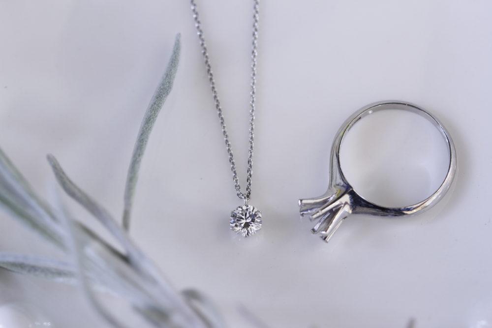 昔の婚約指輪をシンプルなネックレスへと