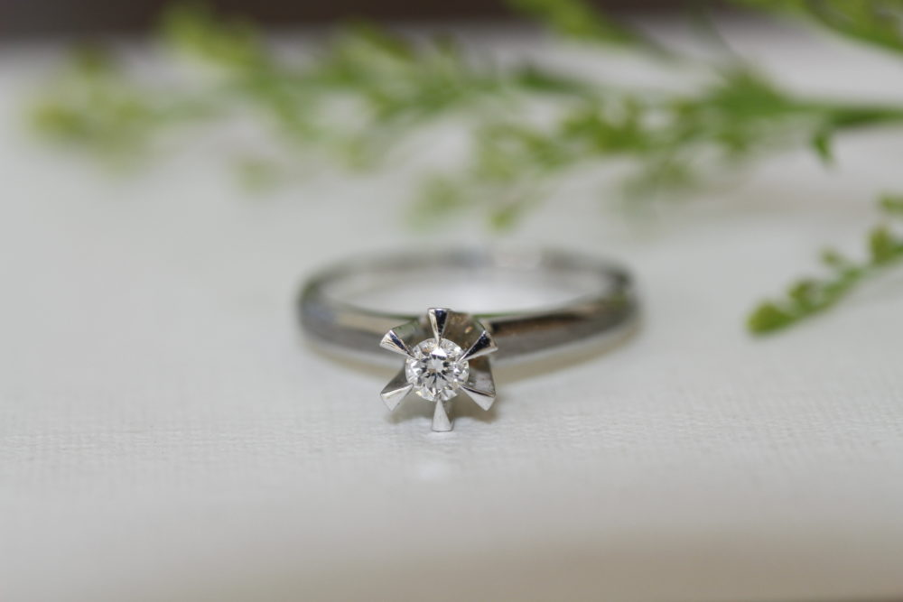 母親の婚約指輪を使って彼女の婚約指輪へと
