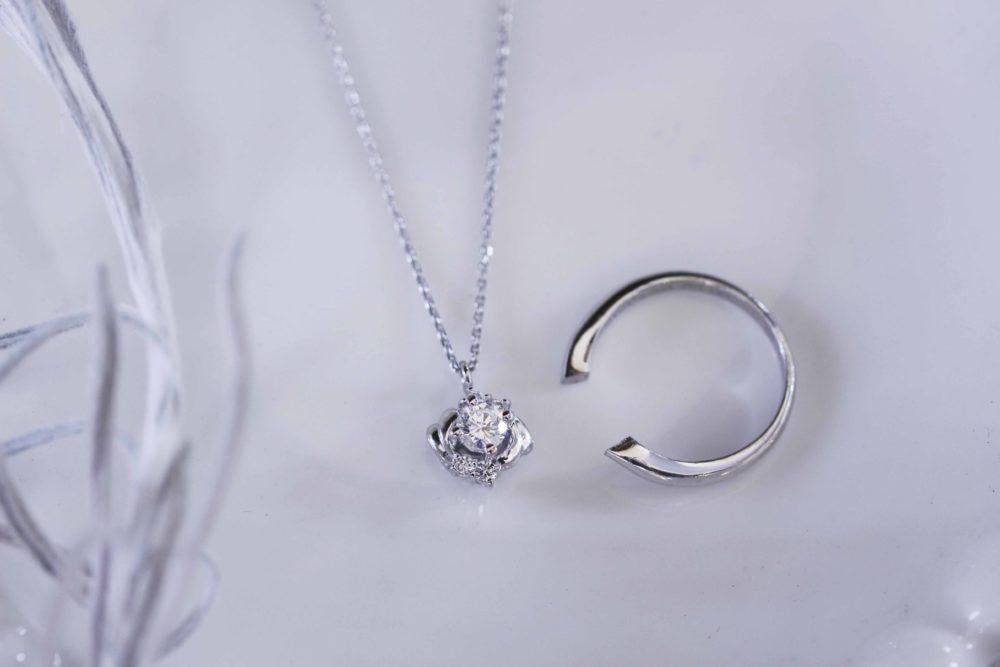 昔購入したダイヤモンドの指輪をそのままのデザインのネックレスへと