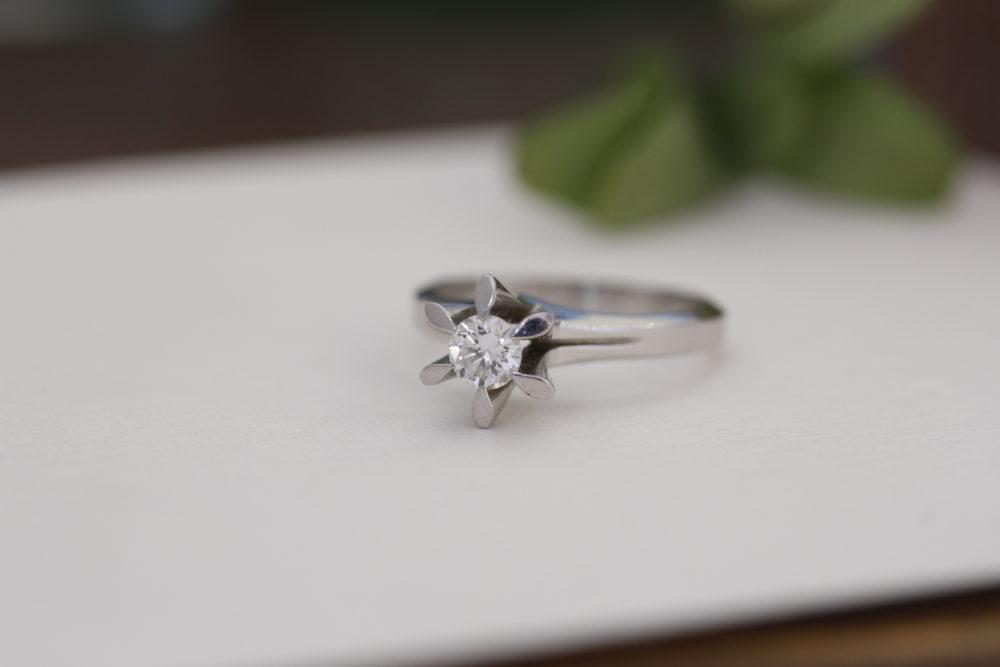 昔購入した指輪のダイヤを使ってスッキリとしたデザインへと