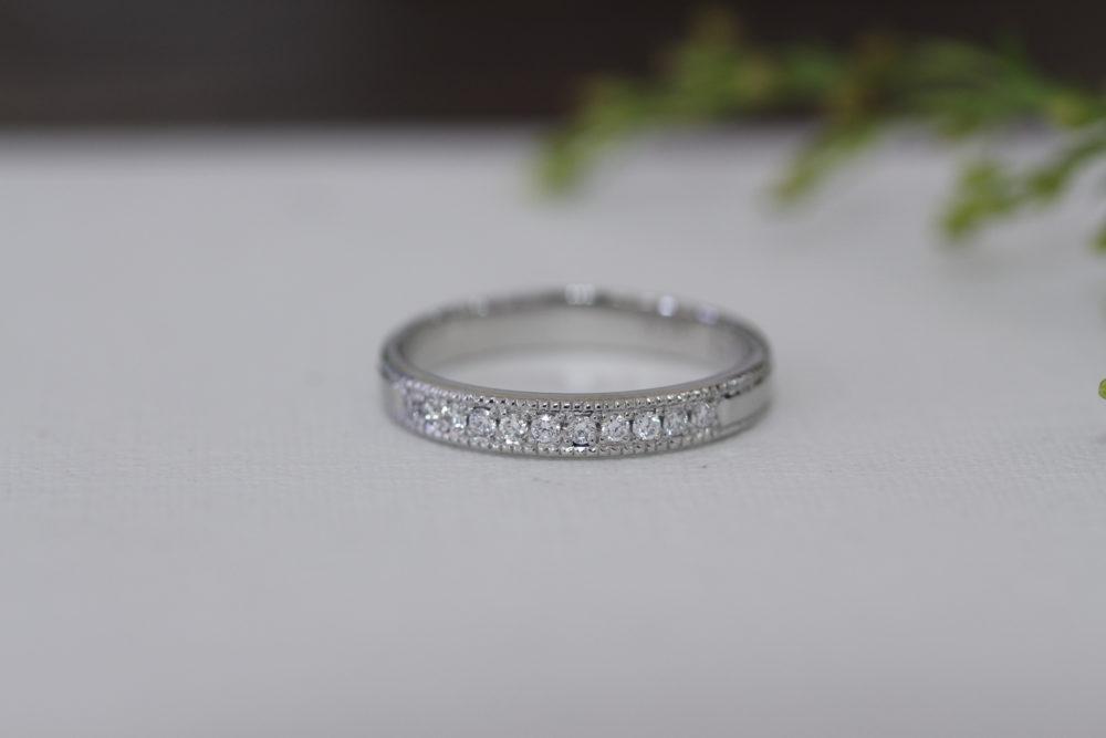 シンプルな婚約指輪をエタニティーリングに
